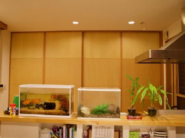キッチンは一面収納になっている。冷蔵庫も電子レンジもすっきり収納!